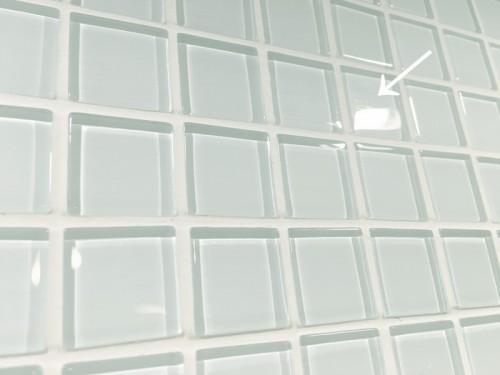 洗面台三面鏡とカウンターの間にある鏡にガラスモザイクタイルを貼ってみました(DIY)