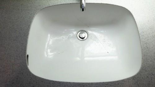 交換前の陶器製洗面器