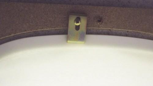 洗面ボウル固定金具の位置をずらす。
