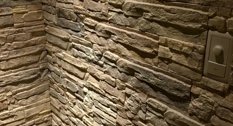 本物の石壁みたい!リビングの一角に石材調クッションブリックタイルを貼りました。(DIY) - なんでも便利帳。